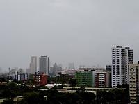 Recife - PE, 18/03/2021 - Clima-Recife - Pedestres se protegem da chuvas nesta manhã de quinta-feira (18) no centro do Recife (PE).