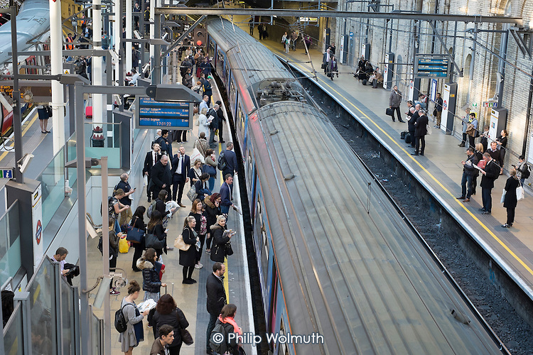 London rush hour passengers board a Thameslink train at Farringdon station