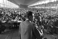 - Luciano Lama, segretario generale del sindacato CGIL parla durante un'assemblea dei lavoratori nella sala mensa della Pirelli Bicocca (Milano, novembre 1982<br />