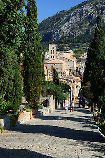Spain, Mallorca, Pollenca (Pollensa): Calvary (365 Steps Leading up to Chapel) with view over old town | Spanien, Mallorca, Pollenca (Pollensa): Anstieg zum Kalvarienberg mit 365 Stufen, Blick ueber die Altstadt
