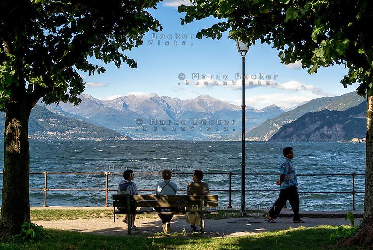 Bellagio, Lago di Como. Persone sedute su una panchina --- Bellagio, Lake Como. People sitting on a bench