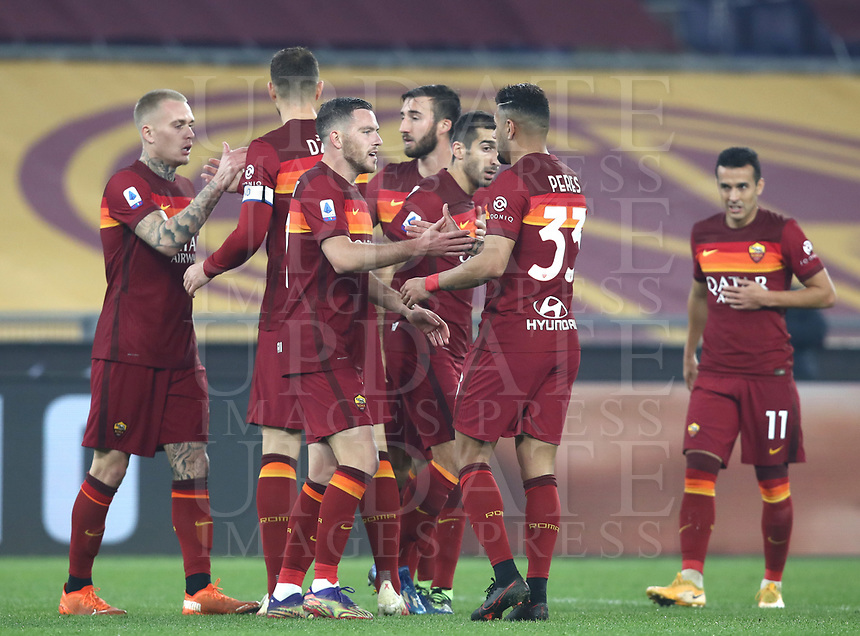 Football, Serie A: AS Roma - Cagliari calcio, Olympic stadium, Rome, December 23, 2020. <br /> Roma's Jordan Veretout (c) celebrates after scoring with his teammates during the Italian Serie A football match between Roma and Cagliari at Rome's Olympic stadium, on December 23, 2020.  <br /> UPDATE IMAGES PRESS/Isabella Bonotto
