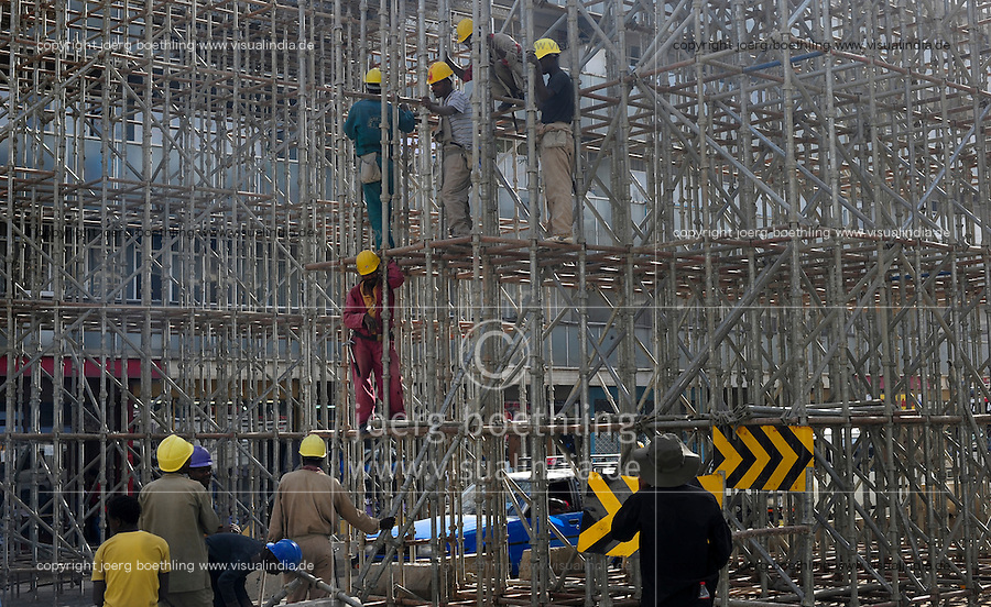 ETHIOPIA, Addis Ababa, construction of light rail network by CREC China Railway Engineering Corporation / AETHIOPIEN, Addis Abeba, Bau einer S-Bahn durch China Railway Engineering Corporation, CREC, Bau einer Fussgaengerbruecke zum Bahnhof