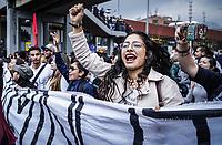 BOGOTA - COLOMBIA, 15-11-2018: Durante paro nacional se realiza movilizacion el dia 15 de noviembre de 2018, por la Union Nacional de Estudiantes de Educacion Superior, Fecode y La Central Unitaria de Trabajadores (CUT), exigiendo mejorar los recursos para la educacion y en contraposicion de la reforma tributaria. / During the national strike, mobilization takes place on November 15, 2018, by la Union Nacional de Estudiantes de Educacion Superior, Fecode y La Central Unitaria de Trabajadores (CUT), demanding to improve the resources for education and in opposition to the tax reform.. Photo: VizzorImage / Diego Cuevas / Cont