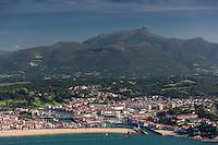 France, Pyrénées-Atlantiques (64), Pays-Basque, Saint-Jean-de-Luz: La baie de Saint-Jean-de-Luz, en fond la Rhune  vue aérienne  // France, Pyrenees Atlantiques, Basque Country, Saint Jean de Luz, Saint-Jean-de-Luz bay, in the background: the Rhune  aerial view
