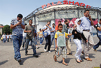 - muslim immigrants referring to  Islamic center of  Jenner avenue celebrate Friday prayer in the Palasharp....- gli immigrati musulmani che fanno riferimento al centro Islamico di viale Jenner celebrano la preghiera del venerdì al Palasharp