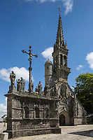 France, Bretagne, (29), Finistère, Cap Sizun: Confort-Meilars: L'église et le calvaire au cœur de la localité.