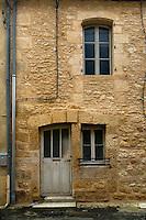 Sur le dessus de la fenetre du haut, il est grave 1806.<br /> Le fenetre du bas est beaucoup plus ancienne