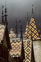 Europe/France/Bourgogne/21/Côte d'Or/Beaune: Les hospices de Beaune - Les toits en tuile vernissées de l'Hotel Dieu - Ciel d'orage