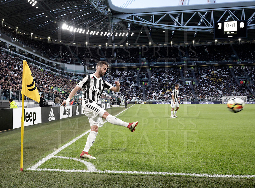 Calcio, Serie A: Juventus - Atalanta, Torino, Allianz Stadium, 14 marzo 2018. <br /> Juventus' Miralem Pjanic in action during the Italian Serie A football match between Juventus and Atalanta at Torino's Allianz stadium, March 14, 2018.<br /> UPDATE IMAGES PRESS/Isabella Bonotto