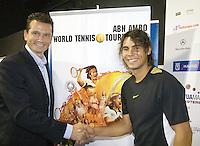 13-10-08, Spain, Madrid, ABNAMRO Tournament Director contracts  Rafael Nadal for the upcomming tournament in februari