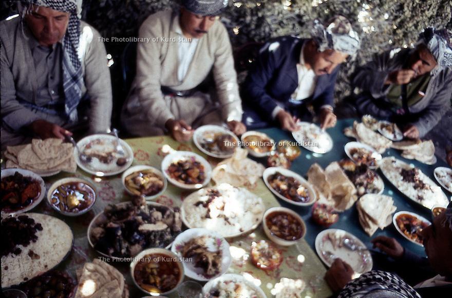 Iraq 1968  <br /> Lunch of peshmergas in a village  <br /> Irak 1968 <br /> Repas de peshmergas dans un village