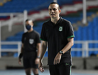 CALI - COLOMBIA, 21-11-2020: Alejandro Restrepo técnico del Nacional gesticula durante partido por los cuartos de final ida como parte de la Liga BetPlay DIMAYOR 2020 entre América de Cali y Atlético Nacional jugado en el estadio Pascual Guerrero de la ciudad de Cali. / Alejandro Restrepo coach of Nacional gestures during match for the quarterfinal first leg as part of BetPlay DIMAYOR League 2020 between America de Cali and Atletico Nacional played at Pascual Guerrero stadium in Cali. Photo: VizzorImage / Gabriel Aponte / Staff