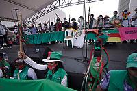 """CALI - COLOMBIA, 14-10-2020: Indígenas colombianos participando en una """"Minga"""" (encuentro indígena) recorre la ciudad de Cali para preparar su viaje a Bogotá por la carretera Panamericana mientras exigen una reunión con el presidente Iván Duque el 13 de octubre de 2020 en Cali, Colombia. Miles exigen un encuentro cara a cara para discutir el aumento de la violencia por la presencia de grupos armados en sus territorios, la sustitución de cultivos y las recientes masacres y asesinatos de líderes indígenas y sociales. / Colombian indigenous taking part in a """"Minga"""" (indigenous meeting) walk trough city of Cali to prepare their travel to Bogotá trough the Pan-American highway as they demand a meeting with President Iván Duque October 13, 2020 in Cali, Colombia. Thousands demand a face to face meeting to discuss the increase of violence due to the presence of armed groups in their territories, crops substitutions and the recent massacres and the killings of indigenous and social leaders. Photo: VizzorImage/ Gabriel Aponte / Staff"""