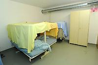 una camerata e i letti nel centro per asilanti, richiedenti asilo politico,in un ex bunker a Biasca, Canton Ticino, Svizzera.