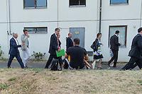 Zentrale Auslaenderbehoerde und BAMF-Aussenstelle in Eisenhuettenstadt.<br /> Bundesinnenminister Thomas de Maiziere und brandeburgs Ministerpraesident Dietmar Woidke besuchten am Donnerstag den 13. August 2015 die Zentrale Auslaenderbehoerde und BAMF-Aussenstelle in Eisenhuettenstadt. Sie liessen sich von Mitarbeitern die Situation in der Einrichtung zeigen und erklaeren, sprachen mit Fluechtlingen und besichtigten das auf dem Gelaende befindliche Abschiebegefaengnis.<br /> Der Besuch des Bundesinnenministers und des Ministerpraesidenten wurde von etwa 40 Journalisten begleitet.<br /> Im Bild: Ein Fluechtling aus Syrien betrachtet den Pressetross.<br /> 13.8.2015, Eisenhuettenstadt/Brandenburg<br /> Copyright: Christian-Ditsch.de<br /> [Inhaltsveraendernde Manipulation des Fotos nur nach ausdruecklicher Genehmigung des Fotografen. Vereinbarungen ueber Abtretung von Persoenlichkeitsrechten/Model Release der abgebildeten Person/Personen liegen nicht vor. NO MODEL RELEASE! Nur fuer Redaktionelle Zwecke. Don't publish without copyright Christian-Ditsch.de, Veroeffentlichung nur mit Fotografennennung, sowie gegen Honorar, MwSt. und Beleg. Konto: I N G - D i B a, IBAN DE58500105175400192269, BIC INGDDEFFXXX, Kontakt: post@christian-ditsch.de<br /> Bei der Bearbeitung der Dateiinformationen darf die Urheberkennzeichnung in den EXIF- und  IPTC-Daten nicht entfernt werden, diese sind in digitalen Medien nach §95c UrhG rechtlich geschuetzt. Der Urhebervermerk wird gemaess §13 UrhG verlangt.]