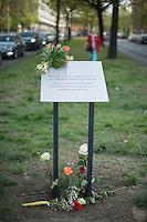 """Am Freitag den 24. April 2015 wurde in Berlin-Charlottenburg in der Uhlandstrasse eine Gedenktafel fuer einen unbekannten Kriegsdeserteur eingeweiht, der am 24. April 70 Jahre zuvor in den letzten Kriegstagen von der SS wegen Fahnenflucht ermordet wurde. Die SS hatte den 17jaehrigen aus einem Keller geholt und an einer Laterne aufgehaengt. Zur """"Abschreckung"""" wurde seine Leiche mit einem Schild """"Ich war zu feige, fuer Deutschland zu kaempfen"""" mehrere Tage haengen gelassen.<br /> Ein erster Versuch eine Gedenktafel zum 60. Jahrestages des Kriegsendes 1995 zu errichten scheiterte am Widerstand der Behoerden. Die Aufstellung dieser Gedenktafel hat zwei Jahre gedauert.<br /> 24.4.2015, Berlin<br /> Copyright: Christian-Ditsch.de<br /> [Inhaltsveraendernde Manipulation des Fotos nur nach ausdruecklicher Genehmigung des Fotografen. Vereinbarungen ueber Abtretung von Persoenlichkeitsrechten/Model Release der abgebildeten Person/Personen liegen nicht vor. NO MODEL RELEASE! Nur fuer Redaktionelle Zwecke. Don't publish without copyright Christian-Ditsch.de, Veroeffentlichung nur mit Fotografennennung, sowie gegen Honorar, MwSt. und Beleg. Konto: I N G - D i B a, IBAN DE58500105175400192269, BIC INGDDEFFXXX, Kontakt: post@christian-ditsch.de<br /> Bei der Bearbeitung der Dateiinformationen darf die Urheberkennzeichnung in den EXIF- und  IPTC-Daten nicht entfernt werden, diese sind in digitalen Medien nach §95c UrhG rechtlich geschuetzt. Der Urhebervermerk wird gemaess §13 UrhG verlangt.]"""