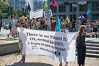 """Die Klima- und Umweltschutzorganisation Extinction Rebellion (XR) protestiert ab Montag den 15. Juni 2020 eine Woche lang in Deutschland in Berlin mit verschiedenen Aktionen mit einer sog. """"Rebellionswelle"""" unter dem Motto """"#WeiterSoWarGestern"""" fuer einen besseren Klimaschutz und ein Umdenken in der Klimapolitik. Die Aktionen sollen sich unter anderem an Konzerne, Regierungen und Lobbyverbaende richten. Geplant sind auch unangemeldete Aktionen des zivilen Ungehorsams.<br /> Im Bild: Klimaaktivisten in Berlin.<br /> 15.6.2020, Berlin<br /> Copyright: Christian-Ditsch.de<br /> [NUR FUER REDAKTIONELLE ZWECKE! Werbung nur auf Anfrage beim Fotografen. Inhaltsveraendernde Manipulation des Fotos nur nach ausdruecklicher Genehmigung des Fotografen. Vereinbarungen ueber Abtretung von Persoenlichkeitsrechten/Model Release der abgebildeten Person/Personen liegen nicht vor. NO MODEL RELEASE! Don't publish without copyright Christian-Ditsch.de, Veroeffentlichung nur mit Fotografennennung, sowie gegen Honorar, MwSt. und Beleg. Konto: I N G - D i B a, IBAN DE58500105175400192269, BIC INGDDEFFXXX, Kontakt: post@christian-ditsch.de<br /> Bei der Bearbeitung der Dateiinformationen darf die Urheberkennzeichnung in den EXIF- und  IPTC-Daten nicht entfernt werden, diese sind in digitalen Medien nach §95c UrhG rechtlich geschuetzt. Der Urhebervermerk wird gemaess §13 UrhG verlangt.]"""