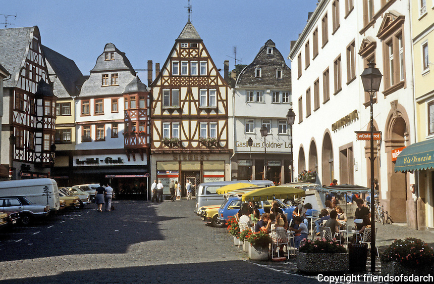 Limberg: Marktplace. Fachwerk buildings, oudoor cafes. Photo '87.