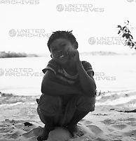 Junge hockt am Strand bei Canaima, Venezuela 1966. Boy squats at the beach near Canaima, Venezuela, 1966.