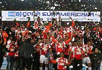 BOGOTÁ - COLOMBIA -09-12-2015: Jugadores de Independiente Santa Fe (COL) levantan el trofeo como campeones de la Copa Sudamericana 2015 después del encuentro de vuelta con Huracan (ARG) jugado en el estadio Nemesio Camacho El Campín de la ciudad de Bogota./ Players of Independiente Santa Fe (COL) lift the trophy as a champions of Copa Sudamericana 2015 after the second leg match against Huracan (ARG) played at Nemesio Camacho El Campin stadium in Bogota city. Photo: VizzorImage/ Ivan Valencia / Str