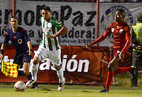 MEDELLÍN -COLOMBIA-01-06-2016. Edinson Palomino (Der) de Rionegro Águilas disputa el balón con Daniel Bocanegra (Izq) de Millonarios durante partido de ida por los cuartos de final de la Liga Águila I 2016 jugado en el estadio Alberto Grisales de la ciudad de Rionegro. / Edinson Palomino (R) of Rionegro Aguilas fights for the ball with Daniel Bocanegra (L) of Atletico Nacional during the second leg match for the final quaters of the Aguila League I 2016 played at Alberto Grisales stadium in Rionegro city. Photo: VizzorImage/ León Monsalve /Str