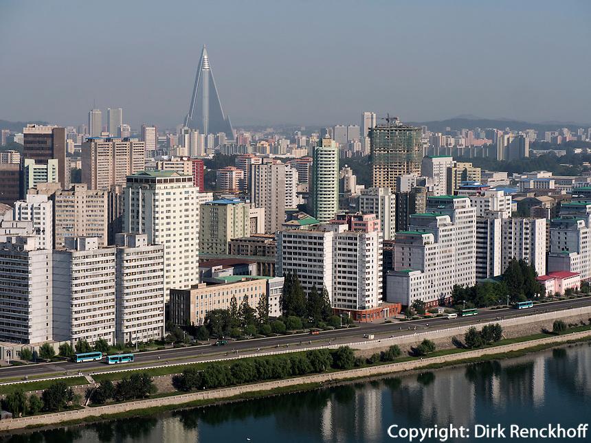 Taedong-Fluss und Skyline von Pyongyang, Nordkorea, Asien<br /> Taedong river and Skyline of Pyongyang, North Korea, Asia