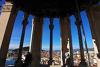 KROATIEN, 12.2010, Split. © Petar Kurschner/EST&OST<br /> Touristen geniessen die Sicht aus der Kirche von Sv.Duje. | Tourist enjoying the city view from the Saint Duje church.