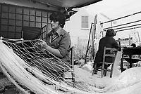 - produzione artigiana di reti da pesca a Montisola, sul lago d'Iseo (1980)<br /> <br /> - artisan production of fishing nets in Montisola, at Iseo Lake (1980)