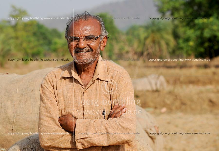 Indien Chhattisgarh , Erfinder Amrut Bhai Agrawat, Mitstreiter von Prof. Anil Gupta und sein Team von SRISTI erforschen lokales Wissen, Biodiversitaet und Erfindungen der lokalen Bevoelkerung auf der Shodh Yatra einer Wandertour durch Adivasi Doerfer in der Bastar Region / India Chhattisgarh, Prof. Anil Gupta and his NGO SRISTI discover on the walk Shodh Yatra local knowledge and inventions in the tribal region of Bastar, portraet of Amrut Bhai Agrawat