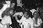 MARCELLO MASTROIANNI CON URSULA ANDRESS AL JACKIE O' ROMA 1975
