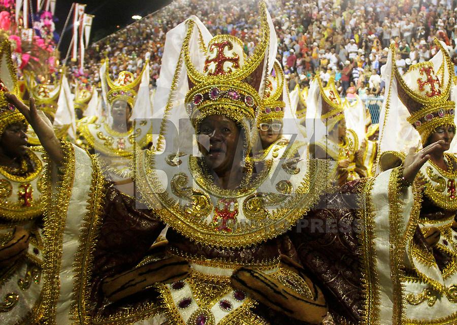 RIO DE JANEIRO, RJ, 06 DE MARÇO DE 2011 - CARNAVAL RJ - IMPERATRIZ - Integrantes da Imperatriz, no primeiro dia de Desfile das Escolas de Samba do Grupo Especial do Rio de Janeiro, na Marquês de Sapucaí (Sambódromo), no centro da cidade, na noite deste domingo (6). (FOTO: WILLIAM VOLCOV  / NEWS FREE; ).