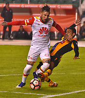 LA PAZ - BOLIVIA - 09 - 03 - 2017: Agustin Jara (Der.) jugador de The Strongest, disputa el balon con Jonathan Gomez (Izq.) jugador de Independiente Santa Fe, durante partido entre The Strongest de Bolivia y el Independiente Santa Fe de Colombia, por la fase de grupos del grupo 2 de la fecha 1 por la Copa Conmebol Libertadores Bridgestone en el estadio Hernando Siles Suazo, de la ciudad de La Paz. / Agustin Jara (R) player of The Strongest, figths for the ball with Jonathan Gomez (L) player of Independiente Santa Fe, during a match between The Strongest of Bolivia and Independiente Santa Fe of Colombia for the group stage, group 2 of the date 1 for the Conmebol Libertadores Bridgestone in the Hernando Siles Suazo Stadium in La Paz city. Photos: VizzorImage / Javier Mamani / APG / Cont.