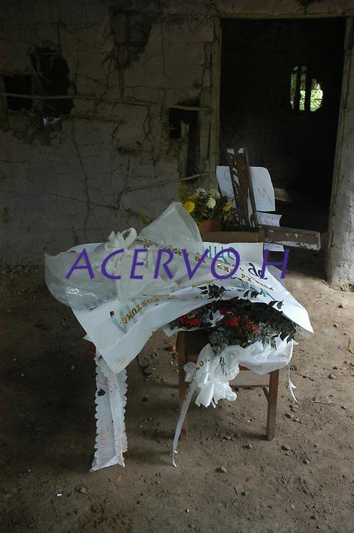 Localizado em um pequeno sítio próximo a cidade de Anapú, o tumulo de irmã Dorothy Stang é mais um marco na triste história da violência no campo.<br /> <br /> <br /> Assassinato irmã Dorothy Stang<br /> Irmã Dorothy foi assassinada brutalmente as 7: 30 da manhã de 12/02/2005 quando saia de uma casa no assentamento feito pelo Incra conhecido como PDS Esperança. Conforme os levantamentos preliminares a religiosa foi morta com 9 tiros , dois dos quais na cabeça.<br /> Anapú, Pará, Brasil<br /> 16/02/2005<br /> Foto Paulo Santos