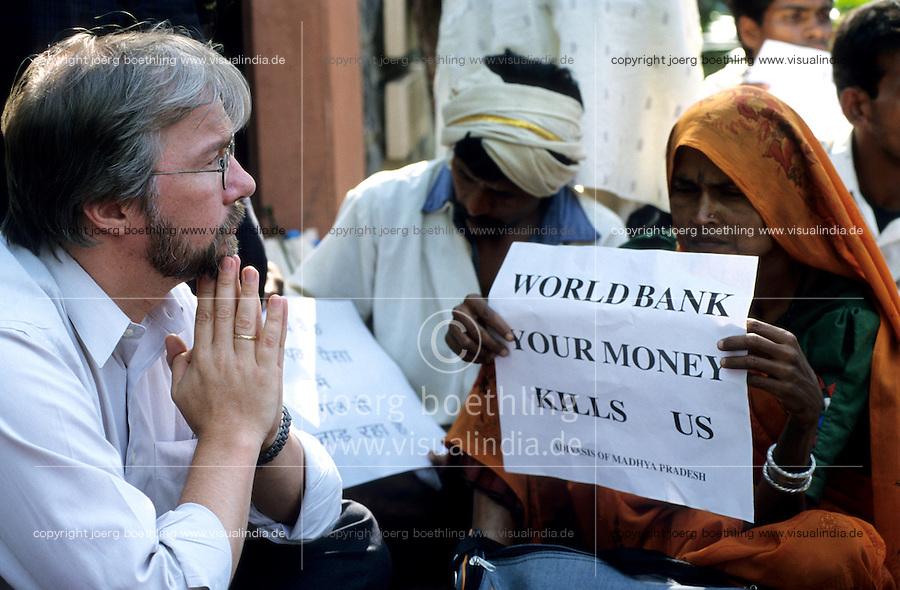 INDIEN Neu Delhi, Adivasi, indische Ureinwohner, und NGO Narmada Bachao Andolan/Bewegung zur Rettung der Narmada auf Demo gegen Staudammpolitik der indischen Regierung und Weltbank Politik, Sitzblockade vor der Weltbank - INDIA New Delhi, NBA movement to save the narmada river and adivasi on rally against large dams and world bank policy