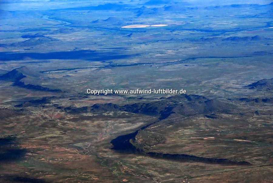 Karoo: AFRIKA, SUEDAFRIKA, ORANGE FREE STATE, GARIEPDAM, 21.12.2007: Landschaft in der Halbwueste Karoo, zentralen Hochebene des Landes Suedafrika, Highveld, Klein Karoo, Gross Karoo und Ober Karoo. Klima arid, trocken, im Luv der Berge, kaum Niederschlaege. Bewohner sind die San die dem Land den Namen Kuru geben, trocken ist die Bedeutung , Afrika, Suedafrika, Orange Free, State, Gariepdam, Wueste, Landschaft, Natur, Hochebene, Halbwueste, Wuestenlandschaft, Berg, Berge, Berglandschaft, Huegel, Huegellandschaft, Gebirge, trocken, Karoo, Struktur, Luftbild, Draufsicht, Luftaufnahme, Luftansicht, Luftblick, Flugaufnahme, Flugbild, Vogelperspektive # , shape, structure, texture, mound, hill, hillock, desert landscape, air opinion, Flugbild, Luftblick, ow_visum, mountain, Orange Free, semiarid land, top view, plan, Berglandschaft, Flugaufnahme, plateau, Gariepdam, bird 's-eye view, mountains, mountain range, shale, nature, Huegellandschaft, landscape, scene, scenery, desert, aerial photograph, africa, aridly, deadpan, drily, dry, dryly, south africa, air photo # # , shape, structure, texture, mound, hill, hillock, desert landscape, air opinion, Flugbild, Luftblick, ow_visum, mountain, Orange Free, semiarid land, top view, plan, Berglandschaft, Flugaufnahme, plateau, Gariepdam, bird 's-eye view, mountains, mountain range, shale, nature, Huegellandschaft, landscape, scene, scenery, desert, aerial photograph, africa, aridly, deadpan, drily, dry, dryly, south africa, air photo #  Aufwind-Luftbilder