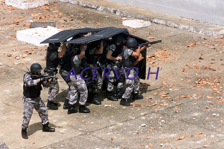 Soldados do batalhão de choque da PM de Rondônia invadem o  presídio Dr. José Mario Alves da Silva, conhecido como Urso Branco após o fim da rebelião ocorrida ontem. No presídio cerca de 1.000 presos se rebelaram desde o último domingo. Ao final da rebelião 14 mortes.<br />23/04/2004.<br />Porto Velho, Rondônia Brasil<br />Foto Paulo Santos/Interfoto