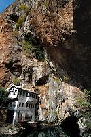 .Blagaj / Bosnia Erzegovina / BIH.Sorgenti del fiume Buna..A 12 km da Mostar, in uno scenario naturalistico di rara bellezza, si erge la cinquecentesca Tekija,la Casa dei Dervisci,da secoli luogo di meditazione e di preghiera. L'attuale Tekija risale alla prima metà del XIX secolo. All'interno dell'edificio ci sono stanze per lo studio, la preghiera, la musafirhana (camere per viaggiatori di passaggio), una cucina e l'hammam..I Dervisci appartengono a confraternite islamiche Sufi. Sono asceti che vivono in mistica povertà.La loro presenza in Bosnia risale ai tempi della dominazione turca..Foto Livio Senigalliesi..Blagaj / BIH.Dervish tekke, a holy place for Sufi near Buna river spring..Built in the 16th century during the turkish occupation Blagaj tekke is now a place for meditation..Photo Livio Senigalliesi
