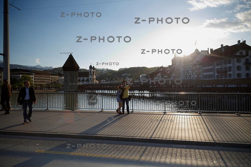 Blick von der Seebrücke Luzern Richtung Wasserturm im Hintergrund die Altstadt von Luzern, Schweiz am 15. April 2014 <br /> <br /> Copyright © Zvonimir Pisonic