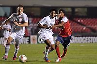 SÃO PAULO, SP, 21 DE AGOSTO DE 2012 - COPA SULAMERICANA - SÃO PAULO x BAHIA: Cortêz (c) e Gabriel (d) durante partida São Paulo x Bahia, válida pela primeira fase da Copa Sulamericana no Estádio do Morumbi. FOTO: LEVI BIANCO - BRAZIL PHOTO PRESS