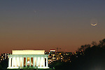 A day-old crescent moon and Comet Pan-STARRS appear over the Lincoln Memorial