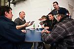 © Hughes Léglise-Bataille/Wostok Press.12.04.2010.Des salariés de Sodimatex de Crépy-en-Valois jouent aux cartes à l'intérieur de l'usine le 12/04/2010 en attendant l'issue du 4e jour de négociations.  Occupant le site qu'ils ont menacé de faire exploser à l'aide d'une citerne de gaz le 01/04/2010, les 92 salariés du fabricant de moquette pour automobile appartenant au groupe Treves, dont la fermeture de l'usine a été programmée depuis 1 an, réclament de meilleures indemnités de départ.