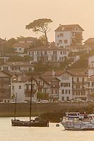 France, Pyrénées-Atlantiques (64), Pays-Basque, Saint-Jean-de-Luz,  le port de pêche et les maisons de Ciboure // France, Pyrenees Atlantiques, Basque Country, Saint Jean de Luz: Fishing port and the  Ciboures houses