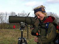 Vogelbeobachtung mit Spektiv, Fernrohr, Junge, Kind beobachtet Vögel