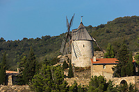 France, Aude (11), Cucugnan,  le village et son moulin //France, Aude, Cucugnan, the village and its windmill