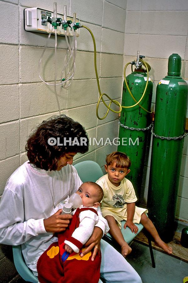 Atendimento médico em posto de saúde. Cubatão. São Paulo. 1987. Foto de Juca Martins.