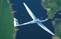 Segelflugzeug Ventus über der Elbe