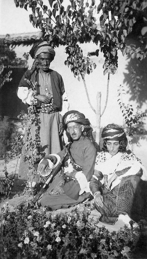 Iraq 1923.Suleimania: center, Sheikh Kader Barzinji with his wife Hafsa Khan in a garden  Irak 1923 .Au centre, Sheikh Kader Barzinji avec sa femme Hafsa Khan dans un jardin a Souleimania