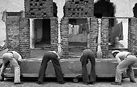 11.2010 Pushkar (Rajasthan)<br /> <br /> Men carrying a heavy stone to build a temple.<br /> <br /> Hommes en train de porter une pierre lourde pour la construction d'un temple.