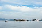 Italy, Piedmont, Baveno: starting point to the Borrmean island (Isole Borromee), (middle) Isola dei Pescatori (also known as Isola Superiore), (right) Isola Bella with Palazzo Borromeo | Italien, Piemont, Baveno: von hier verkehren die Ausflugsschiffe zu den Borromaeischen Inseln, auch im Herbst ein lohnendes Ausflugsziel, (Mitte) die Isola dei Pescatori (auch Isola Superiore genannt), (rechts) die Isola Bella mit dem Palazzo Borromeo